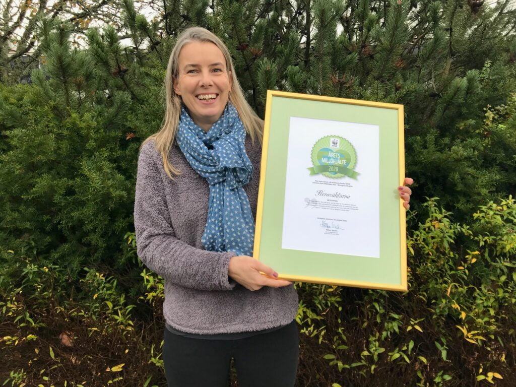Nationell Floraväktarsamordnare: Sofia Lund håller i diplomet för WWF:s Årets miljöhjälte 2020.